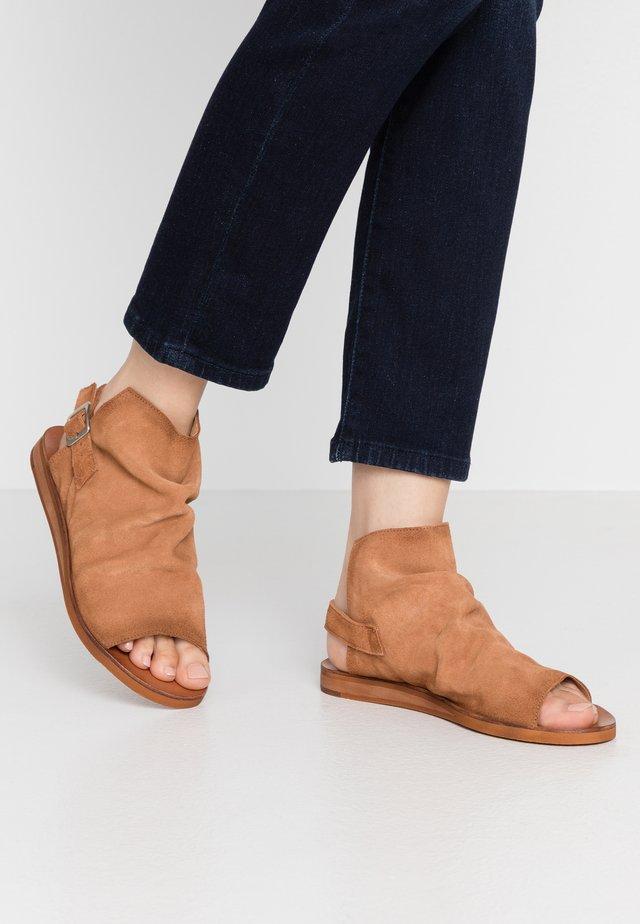 CAROLINA  - Sandaalit nilkkaremmillä - cognac