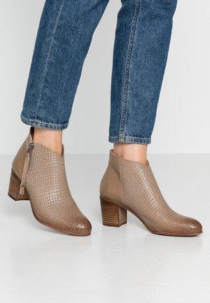 MATILDE - Ankle boots - light/treccia