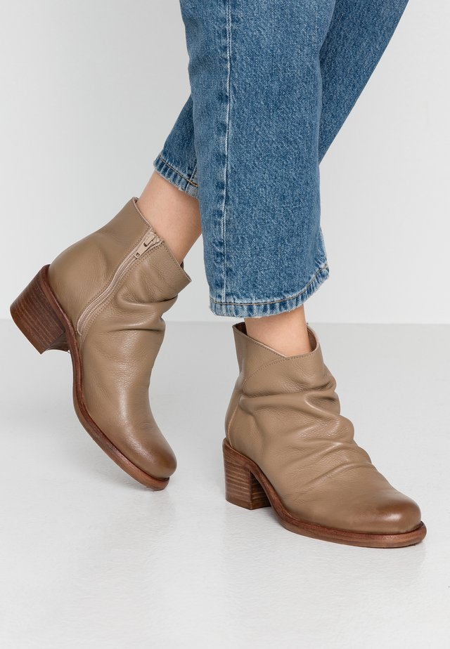 GIANI - Boots à talons - taupe