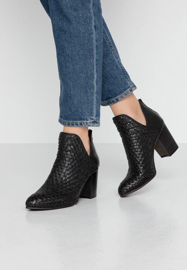 MADELINE - Korte laarzen - black