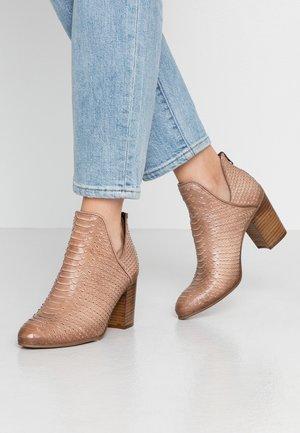 MADELINE - Korte laarzen - taupe