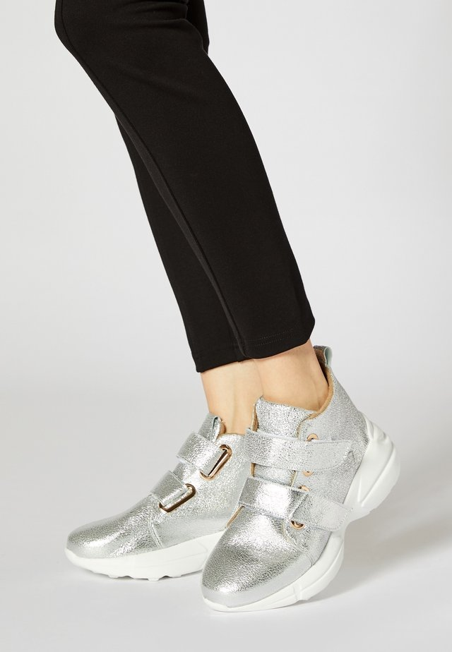 High-top trainers - argent