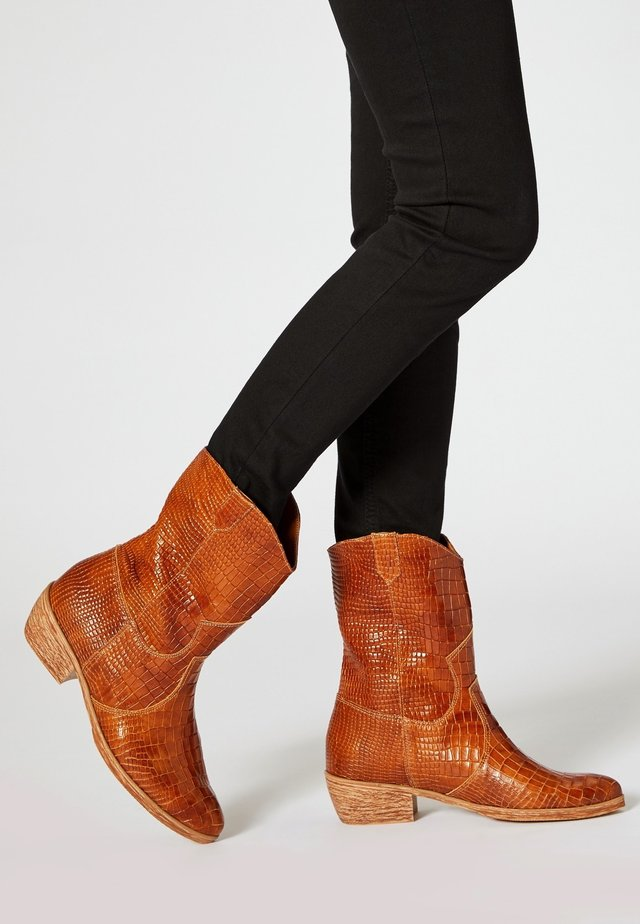 Cowboy/biker ankle boot - bronze