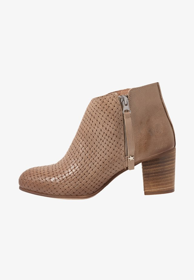 MATILDE - Ankle boot - light treccia