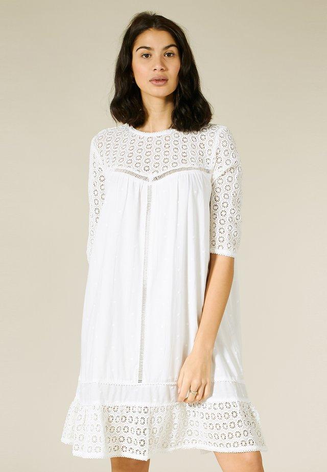 MIT STICKEREI - Korte jurk - egret white