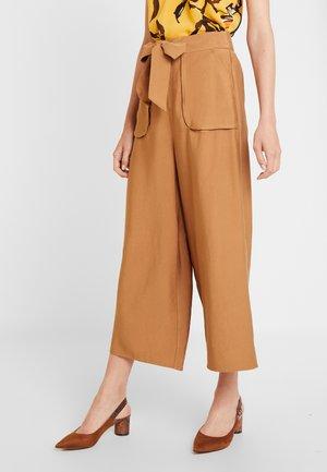 CULOTTE BOLSILLOS - Trousers - beige/camel