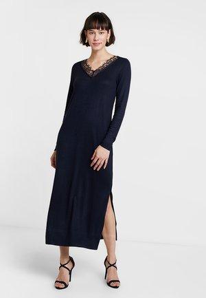 MIDI CUELLO LACE - Pletené šaty - dark blue