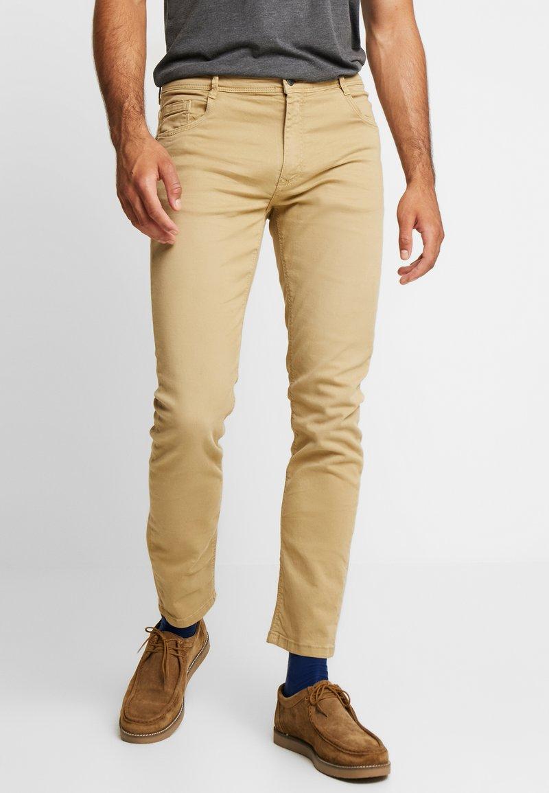 Springfield - SLIM COMFORT-STRETCH - Slim fit jeans - beige/camel