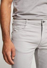 Springfield - SLIM COMFORT-STRETCH - Jeansy Slim Fit - medium grey - 5