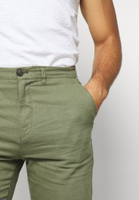 Springfield - PANT BASICO - Trousers - green - 3