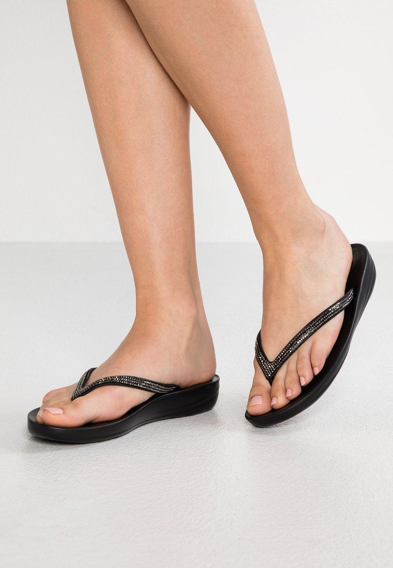 FitFlop - IQUSHION SPARKLE - Sandály s odděleným palcem - black