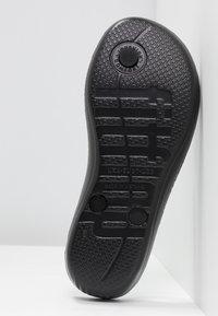 FitFlop - IQUSHION SPARKLE - Sandály s odděleným palcem - black - 6
