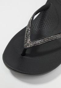 FitFlop - IQUSHION SPARKLE - Sandály s odděleným palcem - black - 2