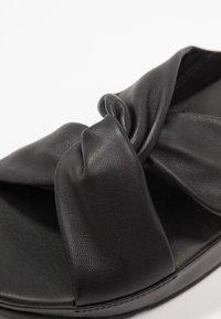 FitFlop - TWISS - Pantofle na podpatku - black - 2