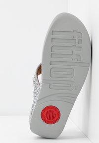 FitFlop - LULU GLITTER TOE THONGS - Sandály s odděleným palcem - silver - 6