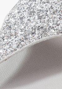 FitFlop - LULU GLITTER TOE THONGS - Sandály s odděleným palcem - silver - 2