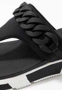 FitFlop - HEDA CHAIN TOE-THONGS - Sandalias de dedo - black - 2