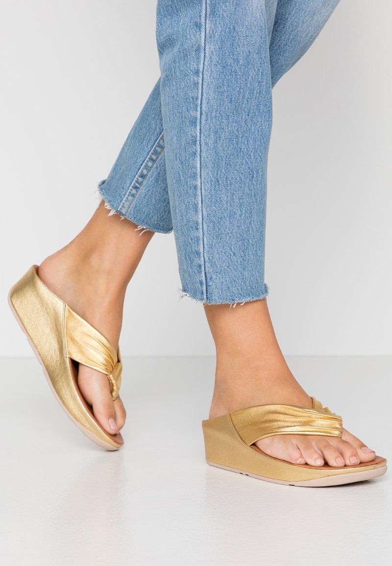 FitFlop - TWISS - Sandály s odděleným palcem - artisan gold