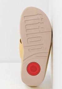 FitFlop - TWISS - Sandály s odděleným palcem - artisan gold - 6