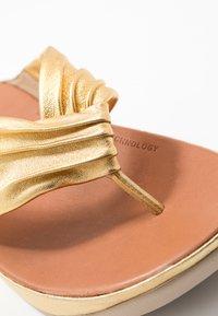 FitFlop - TWISS - Sandály s odděleným palcem - artisan gold - 2