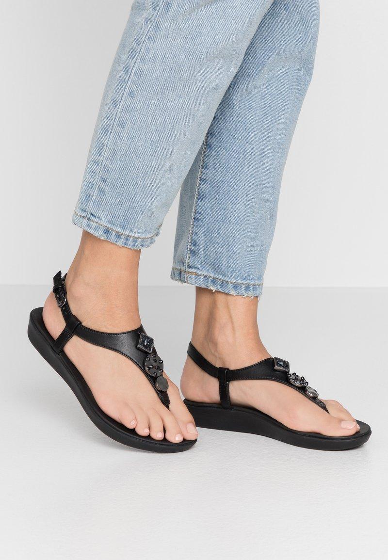 FitFlop - LAINEY - Sandály s odděleným palcem - black