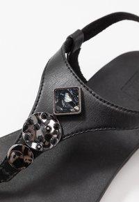 FitFlop - LAINEY - Sandály s odděleným palcem - black - 2