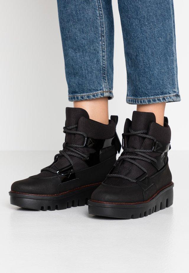 GLACE BOOTS - Botki na platformie - black