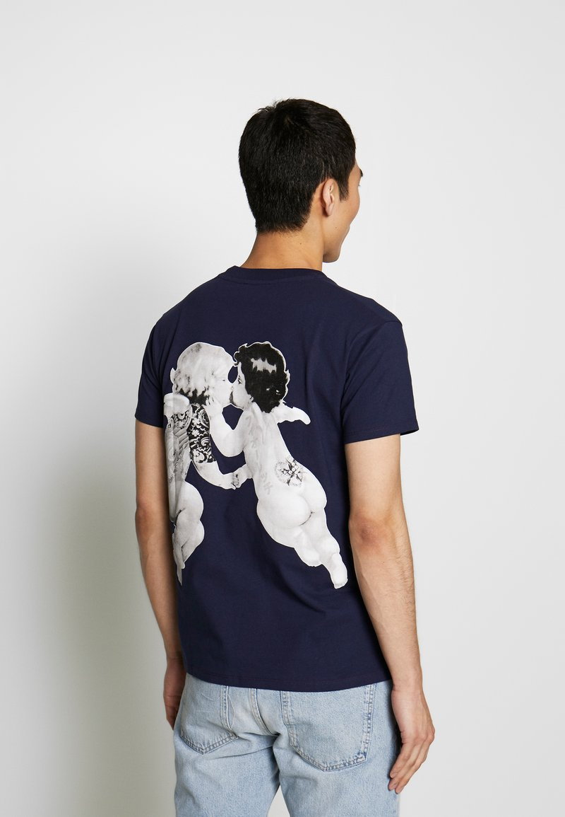 Fiorucci TATTOO ANGELS TEE - T-shirt con stampa - navy g9krCx fashion style