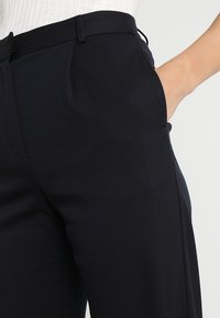 Finery London - HOLTBY  WIDE LEG TROUSERS - Tygbyxor - navy - 4