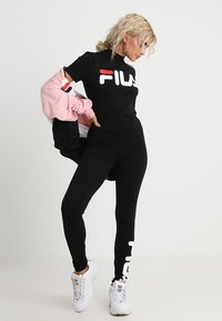 Fila Petite - EVERY TURTLE TEE PETITE - Camiseta estampada - black - 1