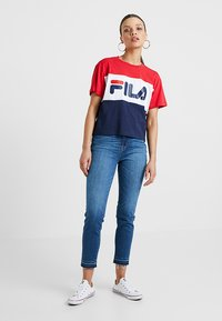 Fila Petite - ALLISON TEE - T-shirt imprimé - black iris/true red/bright white - 1