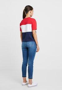 Fila Petite - ALLISON TEE - T-shirt imprimé - black iris/true red/bright white - 2