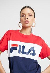 Fila Petite - ALLISON TEE - T-shirt imprimé - black iris/true red/bright white - 3