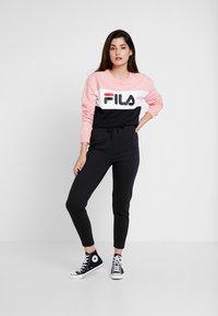 Fila Petite - LEAH CREW - Mikina - black/pink/bright white - 1