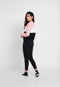 Fila Petite - LEAH CREW - Mikina - black/pink/bright white - 2