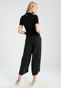 Fila Tall - EVERY TURTLE  - Camiseta estampada - black - 2
