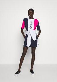 Fila Tall - CROPPED TEE - Print T-shirt - pink yarrow/black iris/bright white - 1