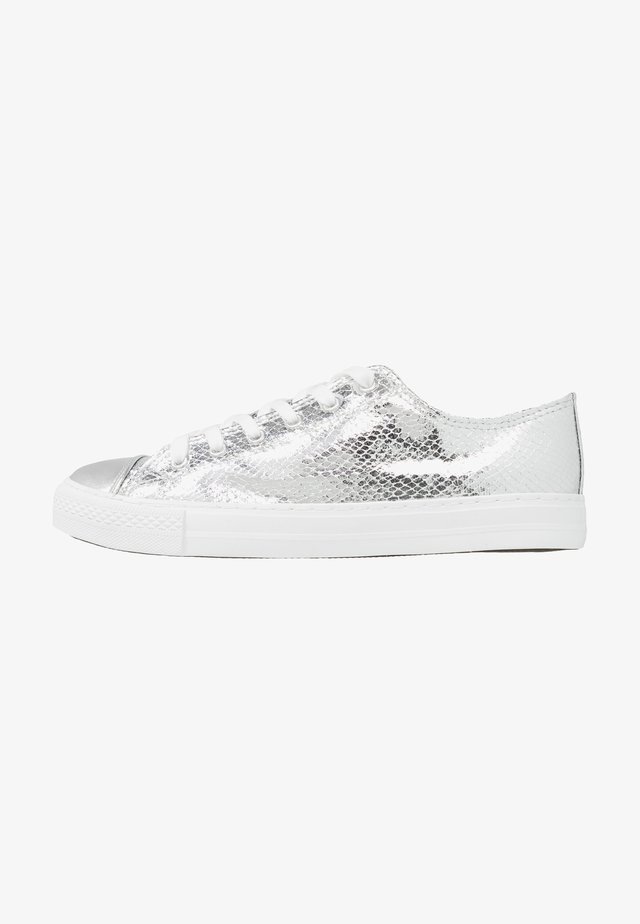 CARRIE - Trainers - silber