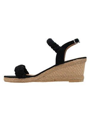 TESS - Sandály na klínu - black