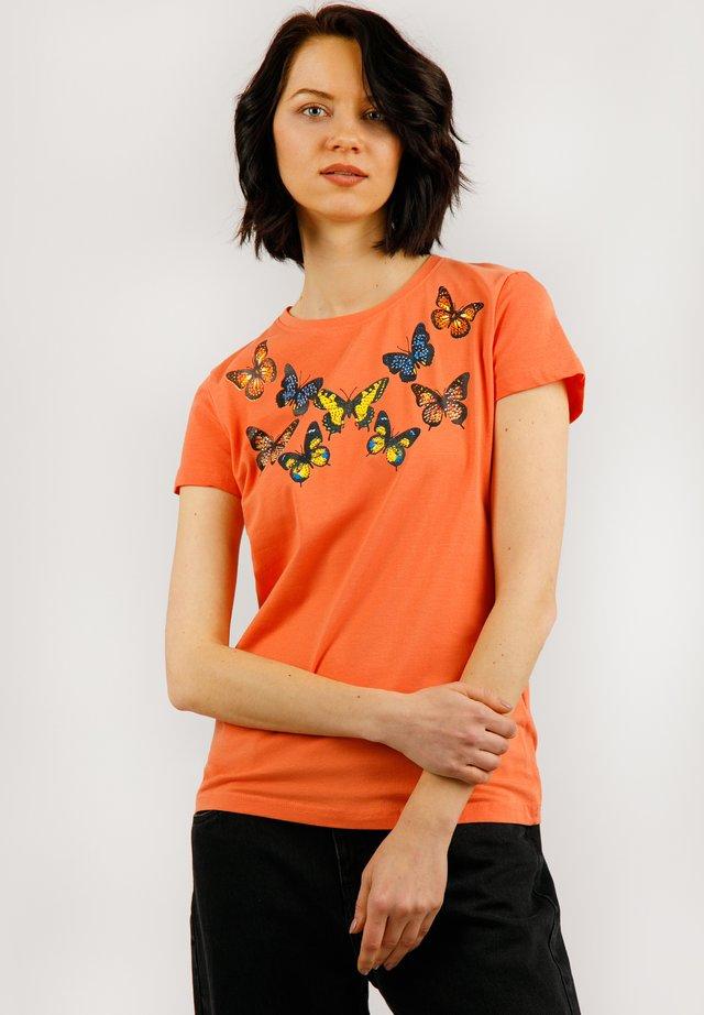 MIT SÜSSEM SCHMETTERLINGSDRUCK - T-shirt imprimé - mandarine