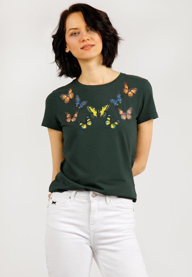 MIT SÜSSEM SCHMETTERLINGSDRUCK - T-shirt imprimé - forest