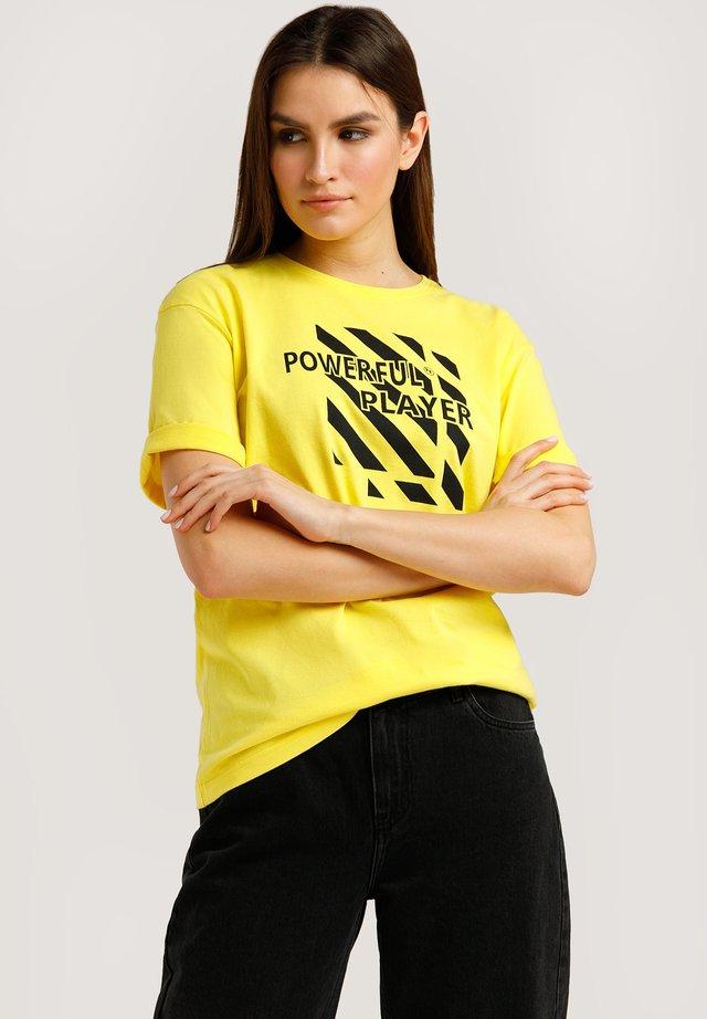 MIT LOCKEREM SCHNITT  - T-shirt imprimé - sun