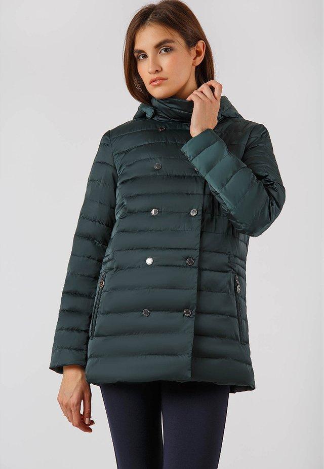 MIT HOCHABSCHLIESSENDEM STEHKRAGEN UND KAPUZE - Winter jacket - green