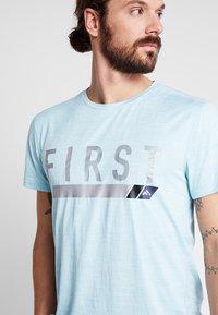 FIRST - FRSNEIL TRAINING TEE  - T-shirt z nadrukiem - sea/white melange - 3