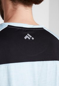 FIRST - FRSNEIL TRAINING TEE  - T-shirt z nadrukiem - sea/white melange - 5