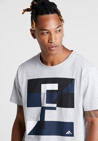 FIRST - FRSREX REGULAR TEE SUMMER CAMPAIGN - T-shirt z nadrukiem - light grey melange - 3