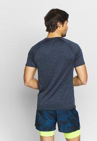 FIRST - TRAINING TEE - T-shirt z nadrukiem - blue nights/azid lime - 2