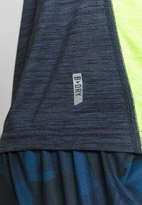 FIRST - TRAINING TEE - T-shirt z nadrukiem - blue nights/azid lime - 5