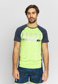 FIRST - TRAINING TEE - T-shirt z nadrukiem - blue nights/azid lime - 0