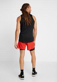 FIRST - FRSSIDEL PERFORMANCE SHORTS - Pantalón corto de deporte - tomato - 2